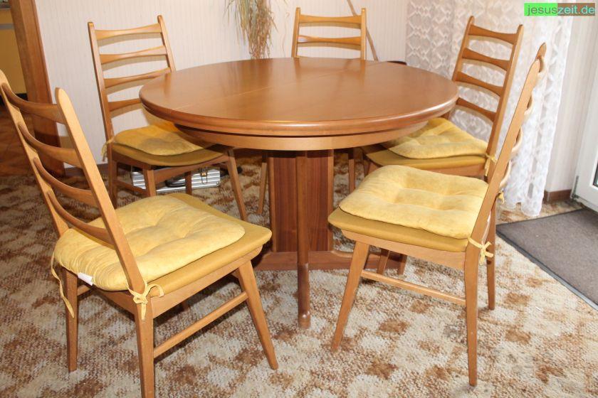 Fünf Stühle und ein Esstisch von der Entrümpelung in Wieseck